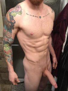 Homens pelados - Ruivo, sarado e big dotado pelado em foto mostrando seu cacete enorme