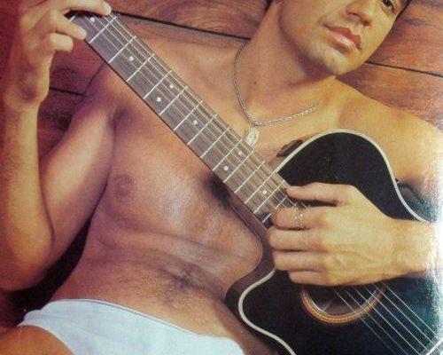 cantor pelado com a piroca dura no violão