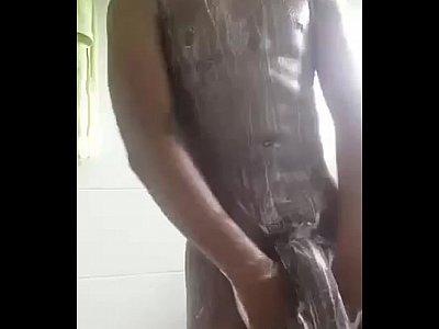 Amador gostoso mostrando seu pirocão grande e grosso no banho