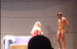 Joaquin Ferreira com a rola dura na peça teatral