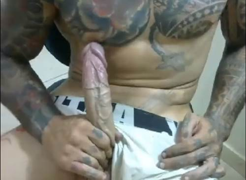homem tatuado roludo batendo uma punheta