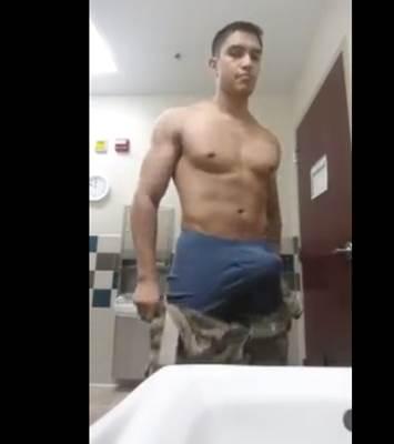 Soldado bem dotado exibindo o pau