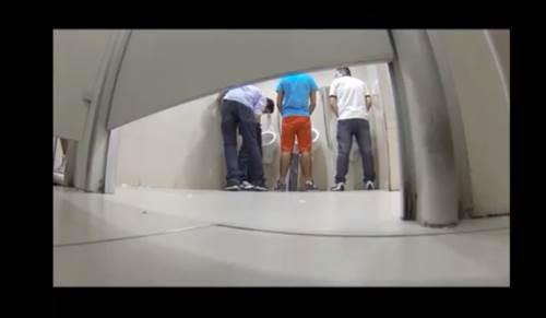 Flagra gay - Homens de pegação no banheiro Rio
