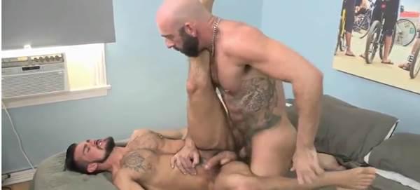 Barbudo sarado esfolando gay safada