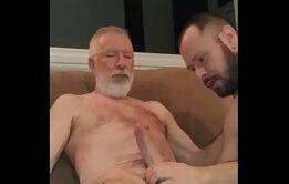 Paizão dotado sendo mamado - Videos Gay