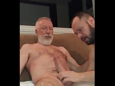Paizão dotado sendo mamado – Videos Gay
