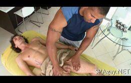 Gozando com uma excitante massagem do amante gay