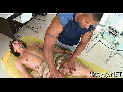 Gosando com uma excitante massagem do amante gay