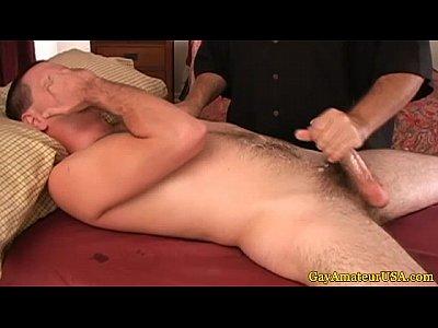 Hétero safado gozando com punheta gay no vídeo amador