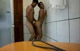 Foda no banho com ativo socando toda