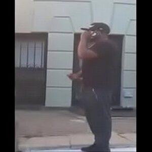 Flagra do negão mostrando a rola na rua