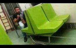 Flagras Gay no metro -Famosos